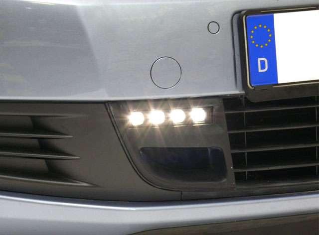LED světla pro denní svícení s krycí mřížkou, světlé provedení, homologace E4 13679, VW Golf VI